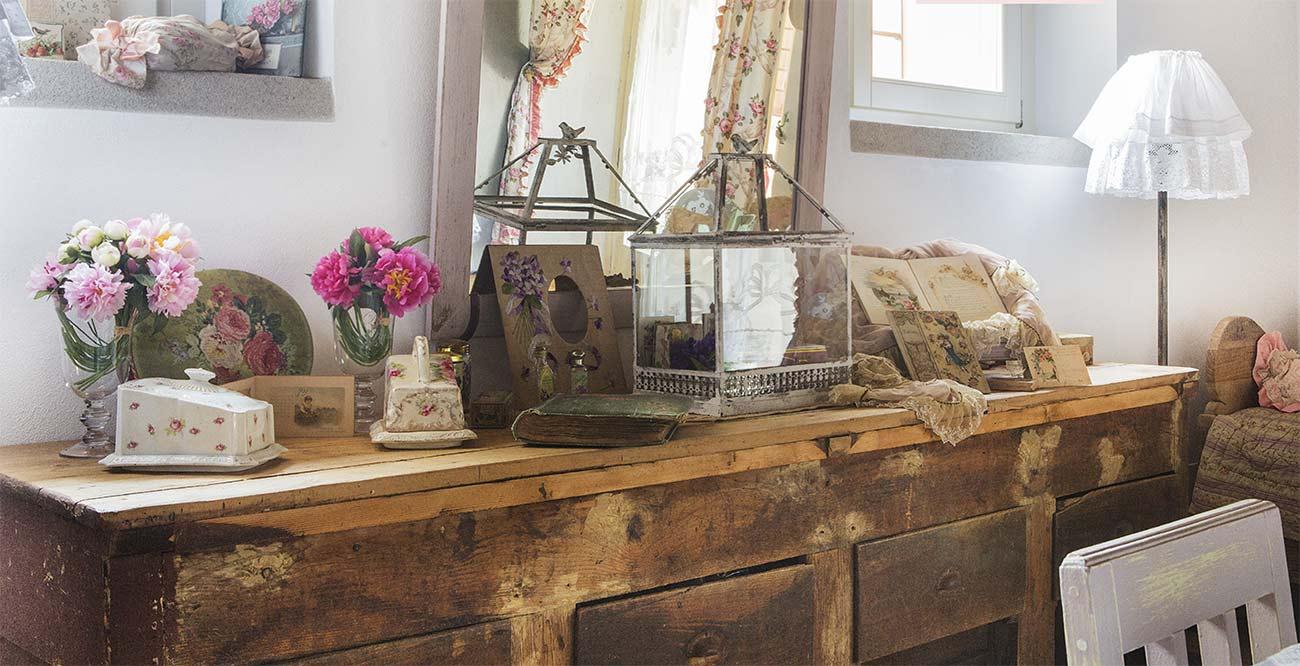 Mobile in legno con vecchi libricini vittoriani