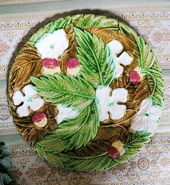 Barbotine plate foliage white flowers