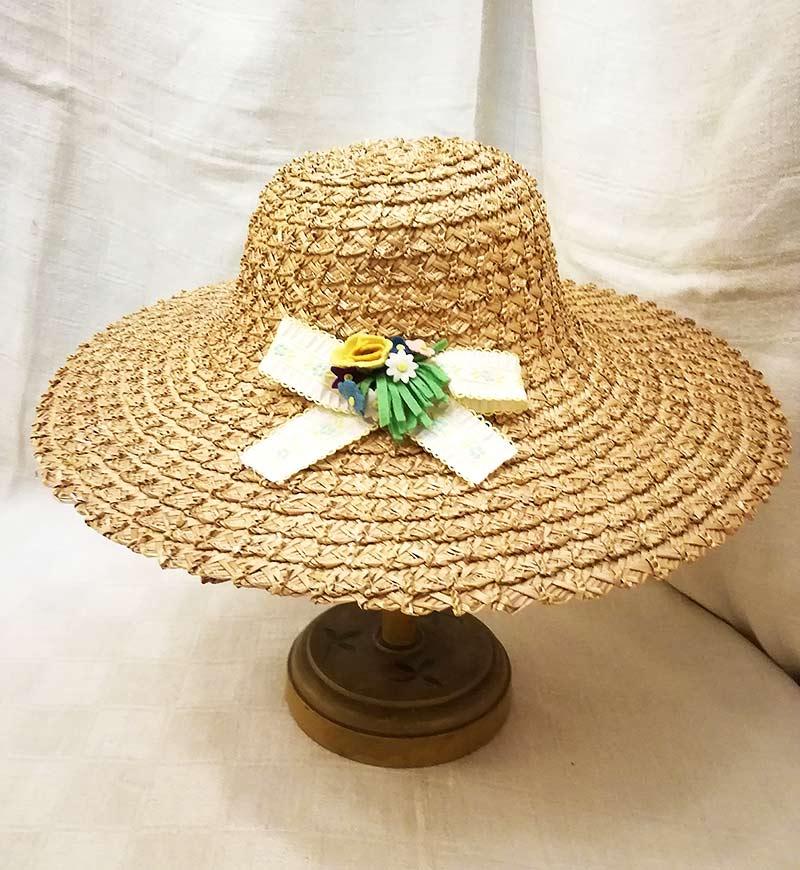 Cappello di paglia vintage con fiori in pannolenci