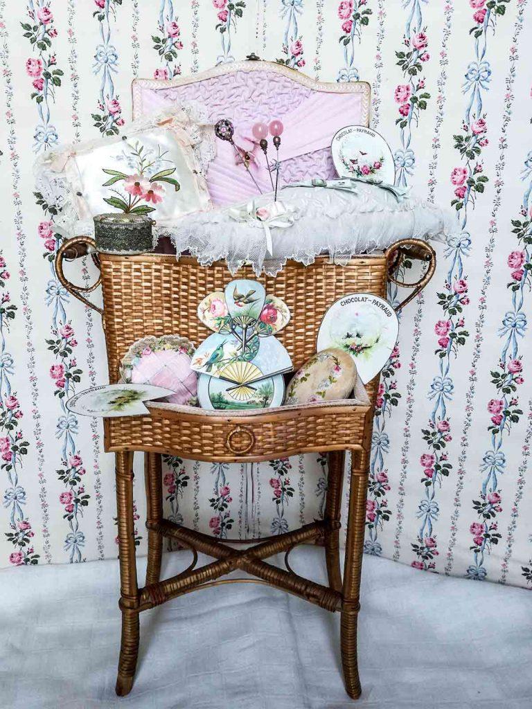 Antico cestino da cucito da boudoir