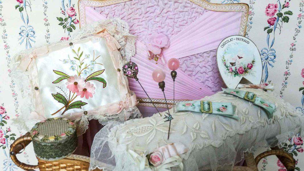 Cestino da cucito antico per boudoir