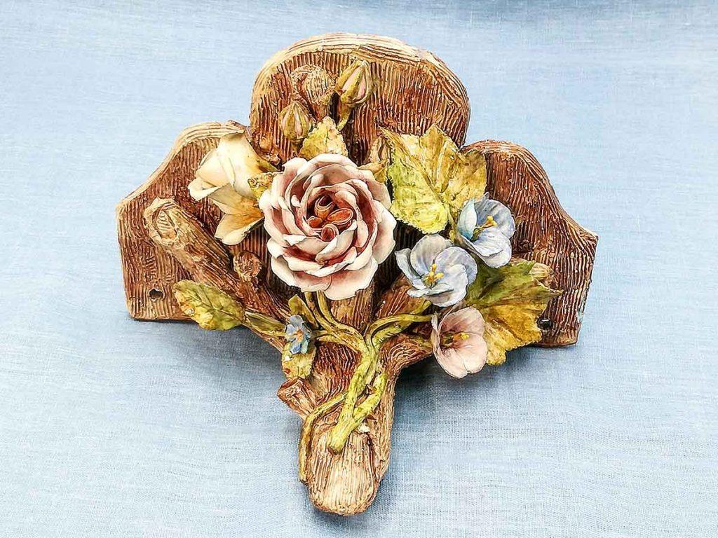 Antica mensola francese in ceramica barbotine