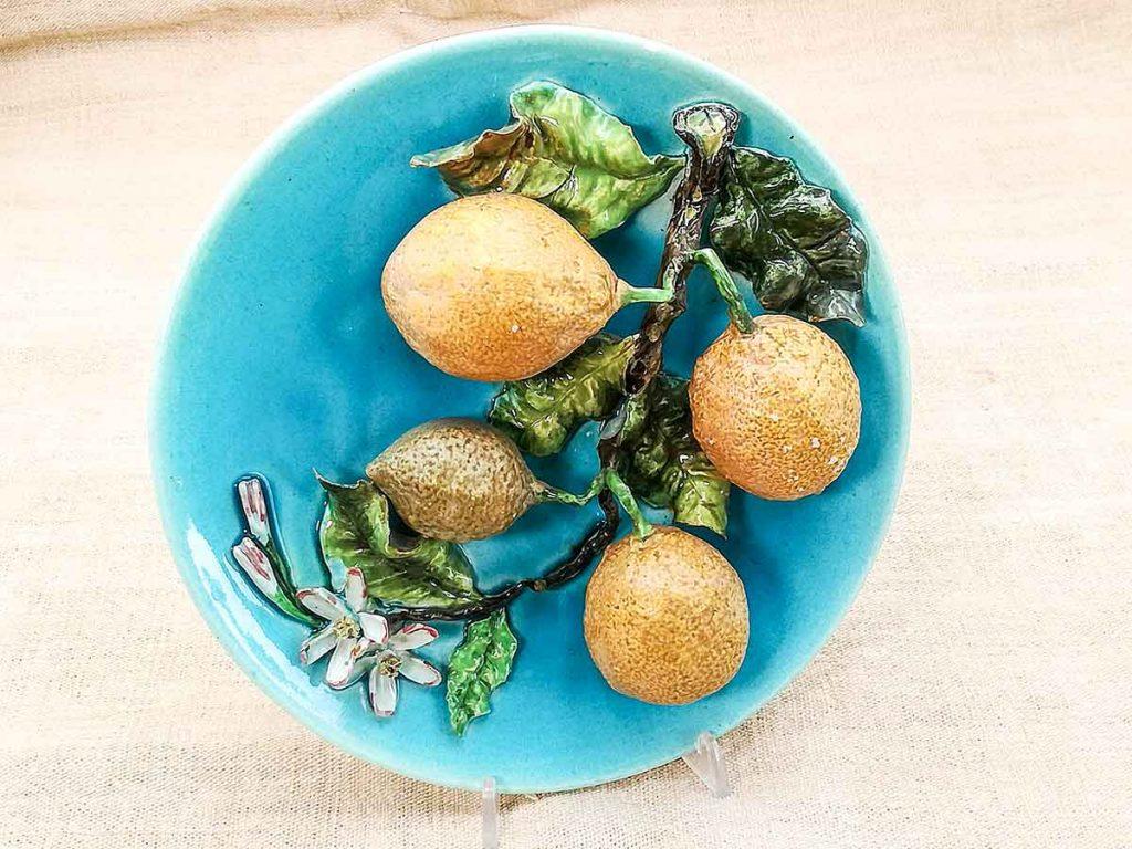 Antico piatto barbotine francese con limoni in rilievo