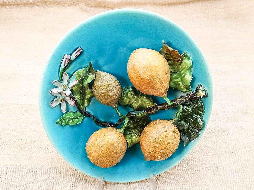 Piatto barbotine francese con limoni in rilievo, manifattura Saissi