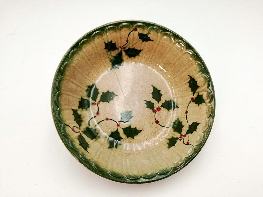 Ciotola antica in ceramica con agrifoglio