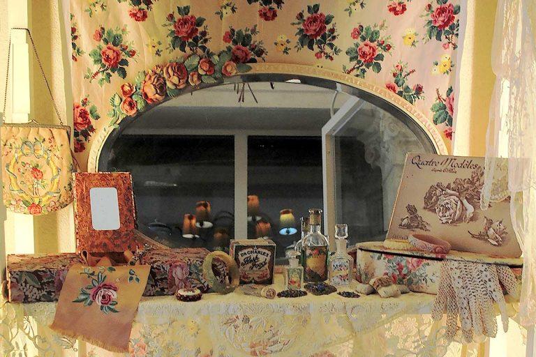 Specchi Barbola inglesi con rose vanities e scatole francesi