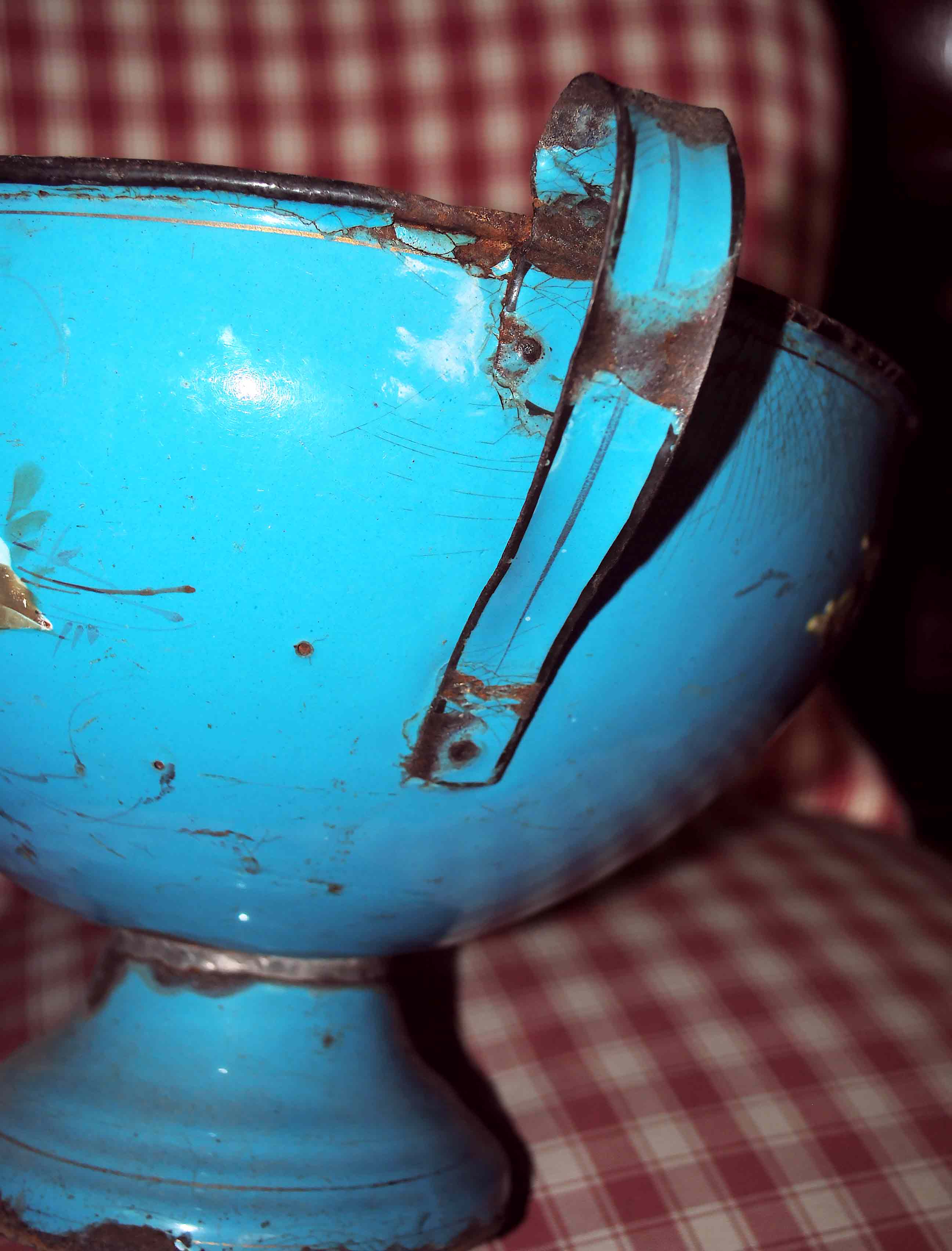 Zuppiera smalto azzurro particolare manico ansa piatta