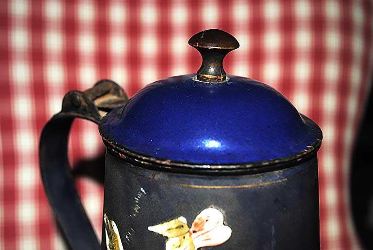 Caffettiera in smalto blu - Particolare del pomello