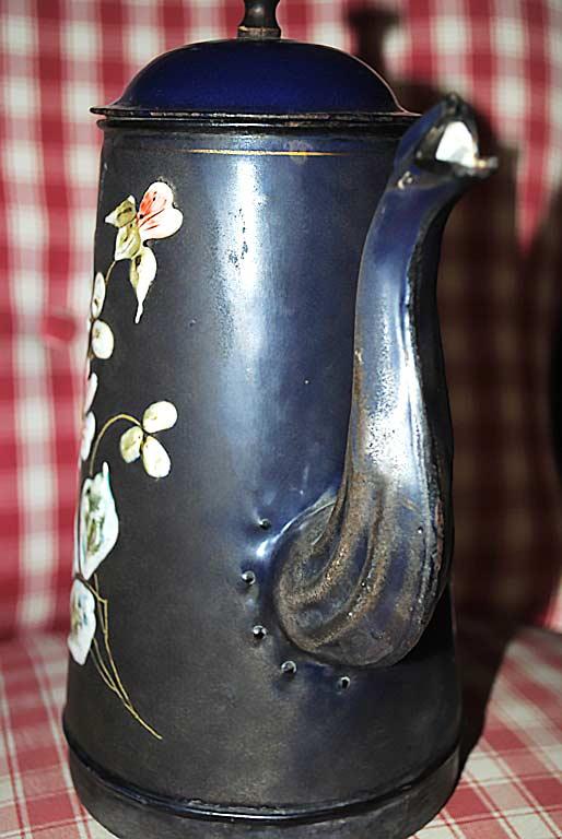 Caffettiera smalto blu - Particolare versatoio rivettato