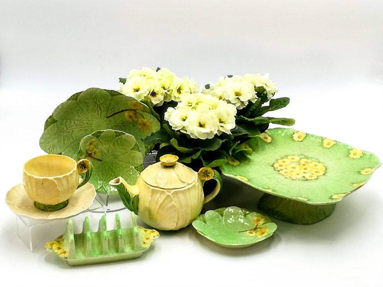 Tavola di Primavera con le ceramiche inglesi barbotine