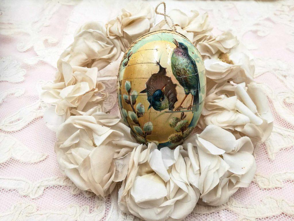 Antico uovo uovo di Pasqua con cromo di uccellini