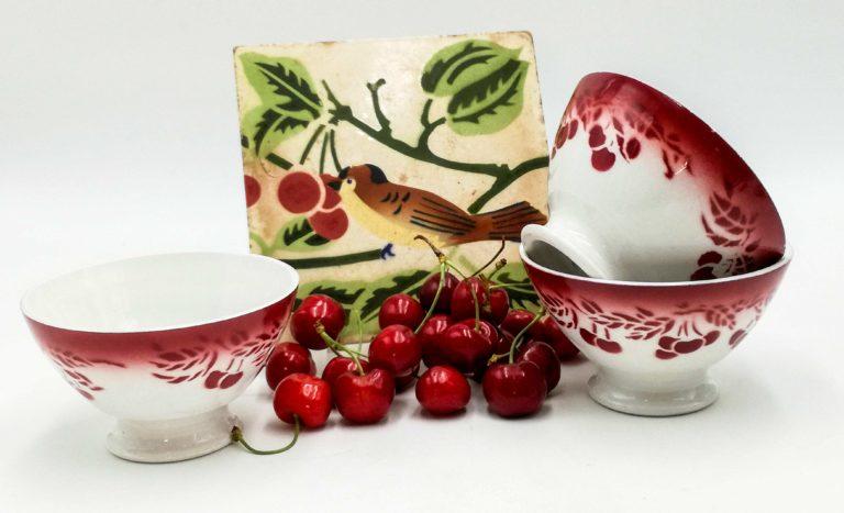 Smalti francesi antichi e cafè au lait bowls con deliziose ciliegie