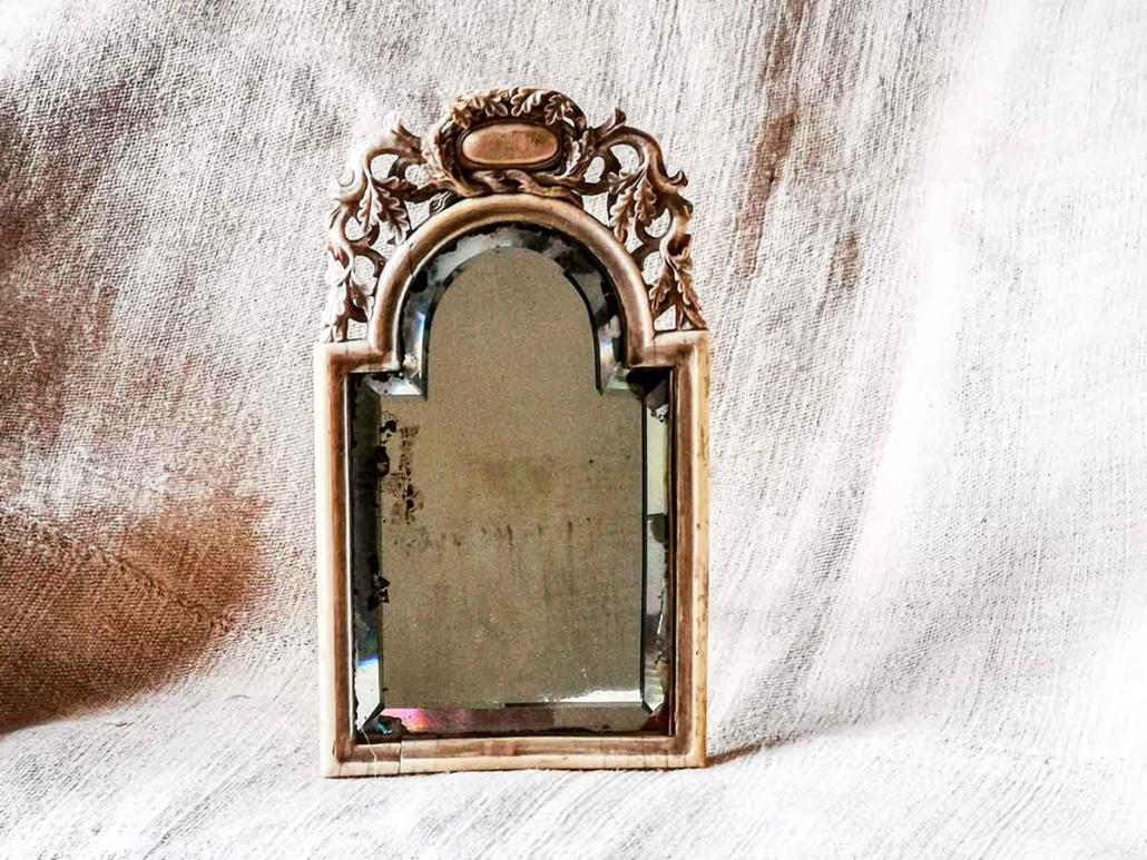 Specchio antico in avorio